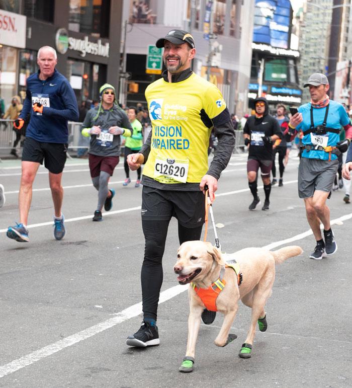 Runner no vidente completa el Medio Maraton de NYC con perro guia por primera vez