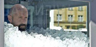 Nuevo record mundia de una persona sumergida en hielo